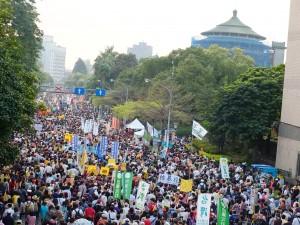 海南路を進むデモ隊。主催者側の発表では10万人が参加した