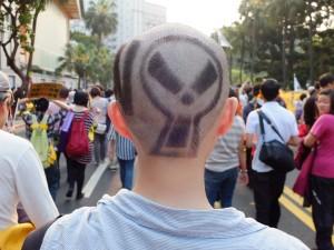核マークの髪型で注目を集めた女性。昨日の夜に切ったと言う