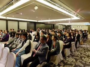 説明に耳を傾ける台湾人学生