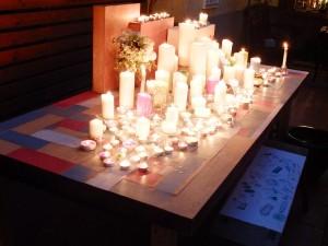 会場の中庭では、キャンドルが灯された