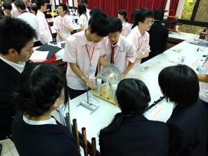 実験高校の学生の解説で清華大学の実験装置を見学する学生