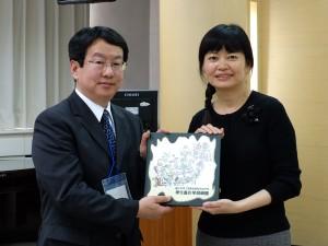 森和茂安積高校教頭(左)と黄芳芷実験高校校長