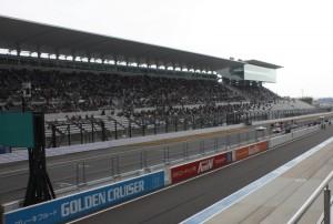 鈴鹿サーキットレーシングコースとグランドスタンド
