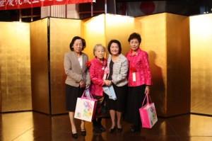 留日東京華僑婦女会から羅坤燦副代表夫人、陳調和副代表夫人へ記念品贈呈