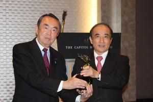 記念品交換の行う平沼赳夫日華懇会長(左)と王金平立法院院長(右)