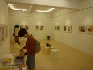 主に日本人アーティストの作品を展示する金魚空間