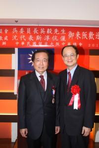 「外交貢獻奨勳章」が贈られた王輝生(大田一博)さんと台北駐日経済文化代表処沈斯淳代表