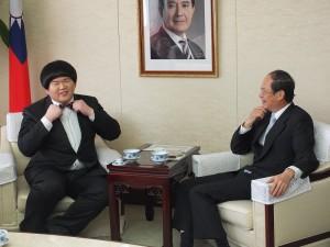 小胖林育羣(左)向沈斯淳大使(右)說明自己的領結和髮型是自己的招牌形象