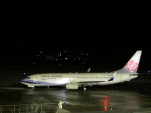 夜7時50分の第1便は台湾に向け飛び立った