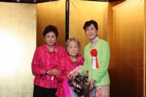婦女會會長吳淑娥和名譽會長羅王明珠,一同贈送紀念品給代表夫人林則媛
