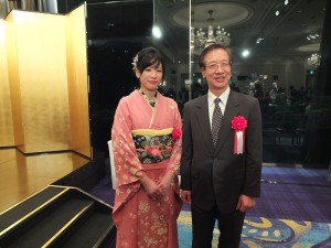 謝依旻與駐日代表處副代表羅坤燦(右)合影