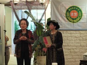 世界客屬總會日本婦女會成員石川利子(左),展示父親當初在台灣參與土木工程興建時的筆記(由黃壽美會長手持展示)