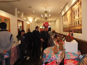 與會的貴賓對於初次展出的客家文物感到相當有興趣
