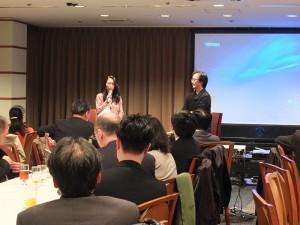 作家一青妙(左)與朝日新聞記者野島剛(左)進行座談