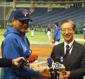 駐日辦事處副代表羅坤燦(右),特別帶著慰勞品去球場為中華隊加油。(圖左為總教練謝長亨)