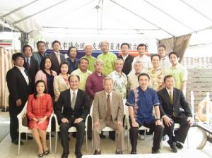 粘處長夫婦及僑會林國源會長與議員連盟成員合影。