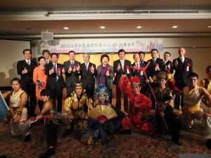 參加「旅行台灣首選高雄」記者會的貴賓,和專程來到日本表演宋江陣的學生們合影