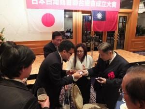 東京台灣商會會長錢妙玲,趁機帶著商會幹部與亞總總會長柯昭治致意