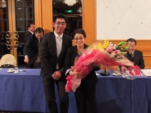 在日台灣商工會議所青年會會長豐川榮次(左)向石佳子總會長(右)獻花