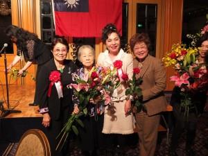 左起為:石佳子總會長、最高顧問羅王明珠、僑務委員謝美香,和日本台商會理事星源淑子一同合影