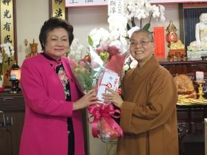 國際佛光會關東協會神奈川分會會長河維寧(左)致贈花束給依來法師(右)