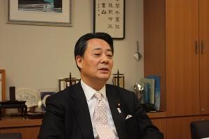 インタビューを受ける海江田衆議院議員
