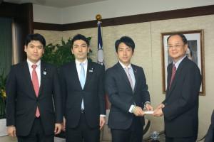 義援金を贈呈する小泉進次郎自民党青年局長