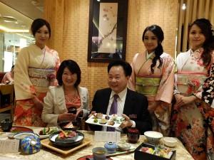 (左二人目から)リブレ日下智重子社長、展円国際張宝鄰董事長