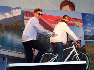 エア自転車に興じる一幕も