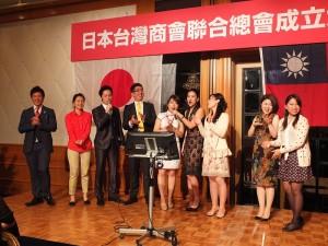 青年商會代表們上台獻唱