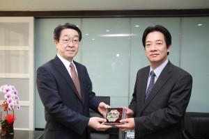 賴清德市長(右)贈送劍獅給日本交流協會高雄事務所所長中村隆幸(照片提供:台南市政府)