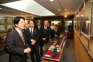 賴清德市長向東京都水道局的賓客介紹日本姊妹市友誼照片展(照片提供:台南市政府)