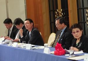 圖左起:琉球台灣商工協會代表吳啓源、福岡台灣商工會議所會長翁健一、日本關西台商協會會長王明裕、代理監事長出席的林清治名譽會長、石佳子總會長