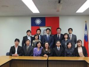 東京台商會幹部與駐日代表處經濟組副組長(前排右3)和秘書(前排右2)合影