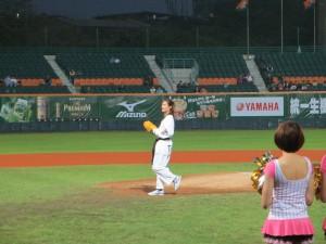 テコンドーの曾櫟騁選手始球式