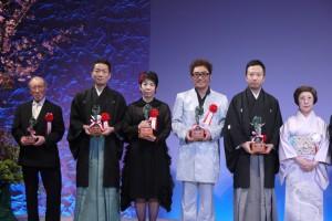 此屆松尾藝能賞優秀賞得獎者,謝榮珠(左3)與日本藝人コロッケ,和歌舞伎演員市川猿之助等人上台合影