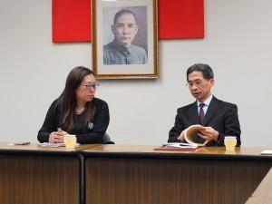 駐日代表處經濟組副組長周立(右)和錢妙玲會長討論關於台商會名簿和日後合作的相關事宜
