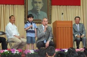 校長劉劍城(右)特別搭配該校小學2年級的學生進行中日文同步翻譯