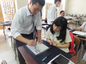 許久沒上書法課的同學們在日本同學的帶領下練習寫書法