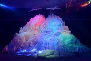 恐龍大戰為主題的鹽雕搭配燈光音效,顯得聲勢浩大(照片提供:台南市政府)
