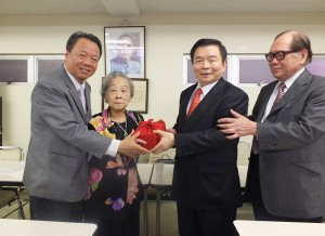 在選考委員長羅王明珠的監交下,僑務組趙雲華象徵性地將印信交給連任的蘇成宗會長