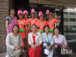 山梨台灣總會名譽會長鄭玉蘭(前排左一)和現任會長陳秀錦(前排左二),與山梨台灣總會成員、原住民舞蹈團的舞者合影