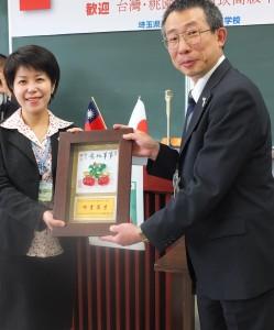 南崁高中校長張祝芬(左)與川口高校校長木田一彥(右)互贈紀念品