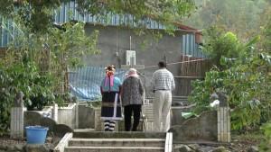 父親の墓参りをする高菊花(日本名:矢多喜久子)さんの親族