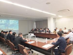 新北市道安會報訪團一行人聽取橫濱市危機管理課及港灣局的海嘯對策簡報,雙方交流互動熱烈