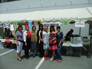 山梨台灣總會成員一同在台灣料理攤位前合影