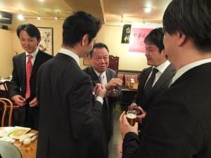華僑青年們與僑務組組長趙雲華一同交流意見
