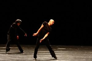 ダイナミックなダンスで観客を魅了する勅使川原三郎氏