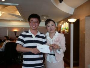 僑務委員謝美香(右)