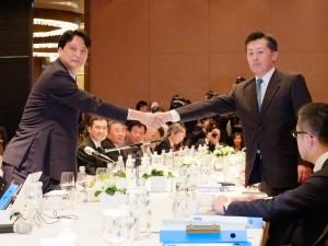 握手を交わす亜東関係協会張仁久参事(左)と、交流協会岡田健一総務部長